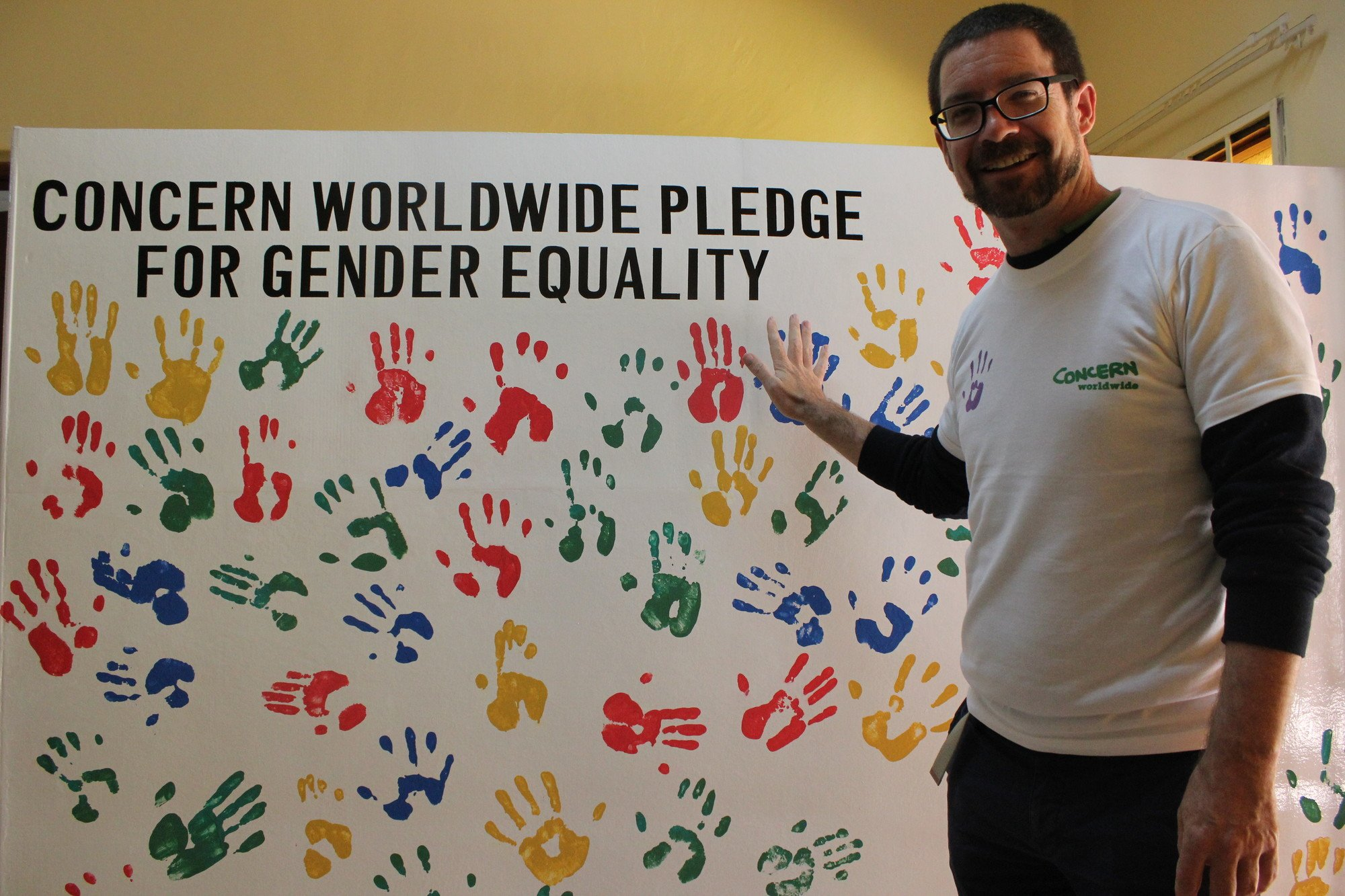 Chris Connelly making his Gender Equality pledge. Photo: Mervis Nyirenda / Concern Worldwide.