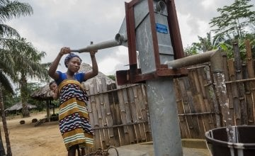 Mother-of-one Naomi Kpehyou collects water from the communal water pump in Ceayeh Town, Liberia. Photo: Nora Lorek