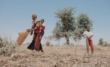 Sadi Oumale with her daughter Laïla and her two sons in Niger, preparing her field for the beginning of the rainy season. Photo: Ollivier Girard