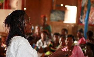 Concern staff member Kadiaja addressing patients. Photo: Jennifer Nolan / Concern Worldwide.