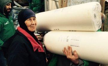 Asma El Waw receiving mattresses in Minyara El Ehssan Informal Settlement, Akkar, Lebanon Photographer: Amanda Ruckel