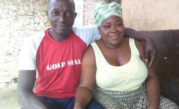 Mohamed and Kadiatu, outside their home in Sierra Leone. Photo by Mabrat Abdulai / Concern Worldwide.