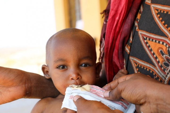 Halimo Hassan (1 year and 2 months) and mother Khayro Ali Hassan (30) in a remote health centre in Filtu, Somali Region. Halimo is being treated for severe acute malnutrition with the support of International NGO Concern Worldwide. Photo: Jennifer Nolan/ Concern Worldwide