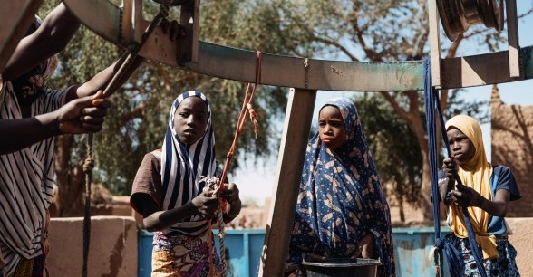 Drawing water from the well for their daily needs in Niger. Photo: Ollivier Girard