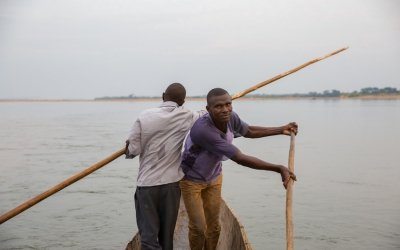 Fishermen in Kouango, CAR, steer a dugout canoe, which is often used to access remote river communities on the banks of the Oubangui, which seperates CAR and Democratic Republic of Congo (DRC). Photo: Kieran McConville / Concern Worldwide.