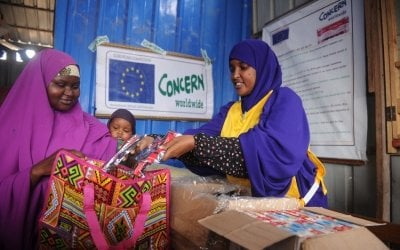 Concern nutrition worker, Naima Islow, dispensing emergency therapeutic food to mother *Hani at an Outpatient Therapeutic Centre . Photo: Mohamed Abdiwahab / Concern Worldwide.