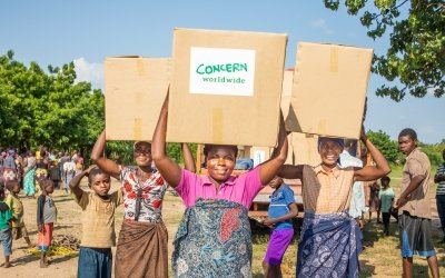 Mother of 2, Belita Andrade brings her Concern Emergency Supplies box home. Malawi. Photo: Gavin Douglas/ Concern Worldwide