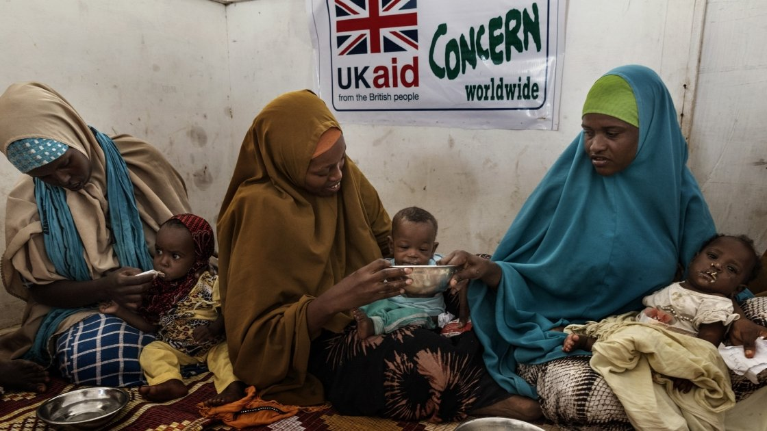 Mothers and children receive food at Health Nutrition Centre near Mogadishu, Somalia. Photo: Marco Gualazzini/Concern Worldwide.