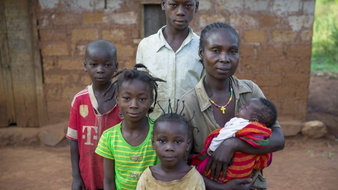 Natalie Wato (33) with her children – Constant (6), Davilla (7), Patricia (5), Gaus (12) and five-week-old Sauvenator. Together with her husband Beni (39), they have received seeds, tools and farming skills from Concern to help with their recovery after fleeing their village, Gbatin, during the crisis. Photographer: Chris de Bode