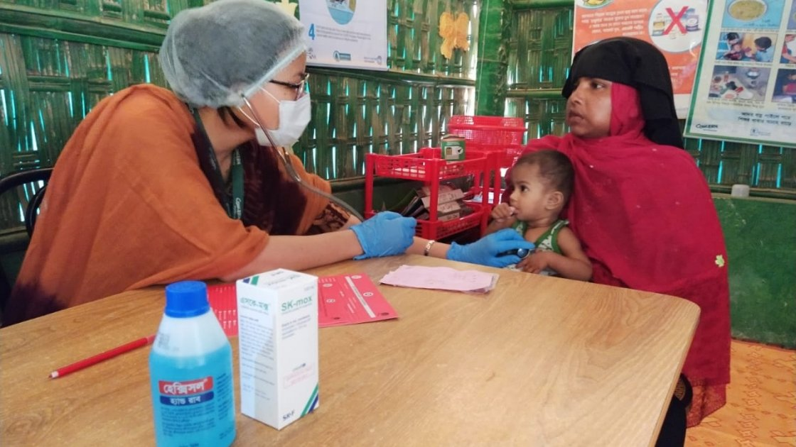 A Nurse of a Concern Supported Nutrition Site in Rohingya Refugee Site is performing clinical assessment of a Severely Malnourished child. Photo: Md. Al-Nasim / Concern Worldwide