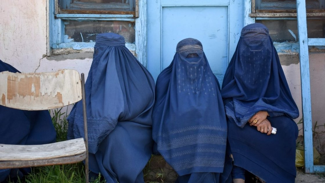 Women in Northeastern Afghanistan wait to receive humanitarian assistance. Photo: Concern Worldwide.
