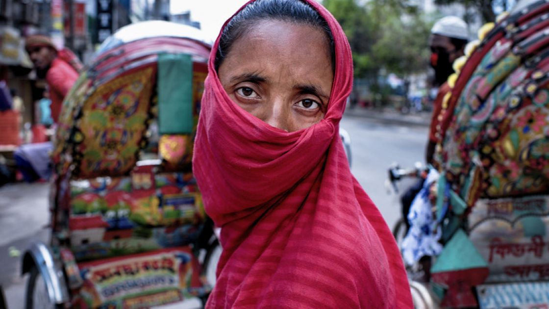 A homeless woman waiting to receive food supply by standing in queue outside a supermarket shop in Dhaka, Bangladesh. Photo: Mohammad Rakibul Hasan / Concern Worldwide.