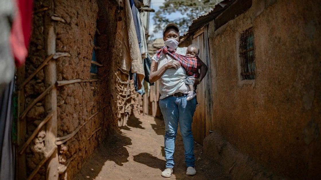 Baby Charlyne and Margret Wanjiru in the alleyway outside there home in Kibera. Nairobi. Photo: Ed Ram