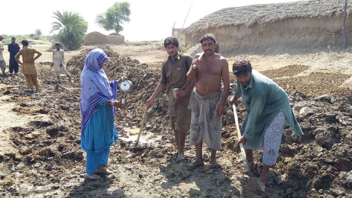 Villagers from Kot Jhangoo in Pakistan work on a flood mitigation scheme. Credit: Agha Auranghzeb Khan/Indus Resource Centre
