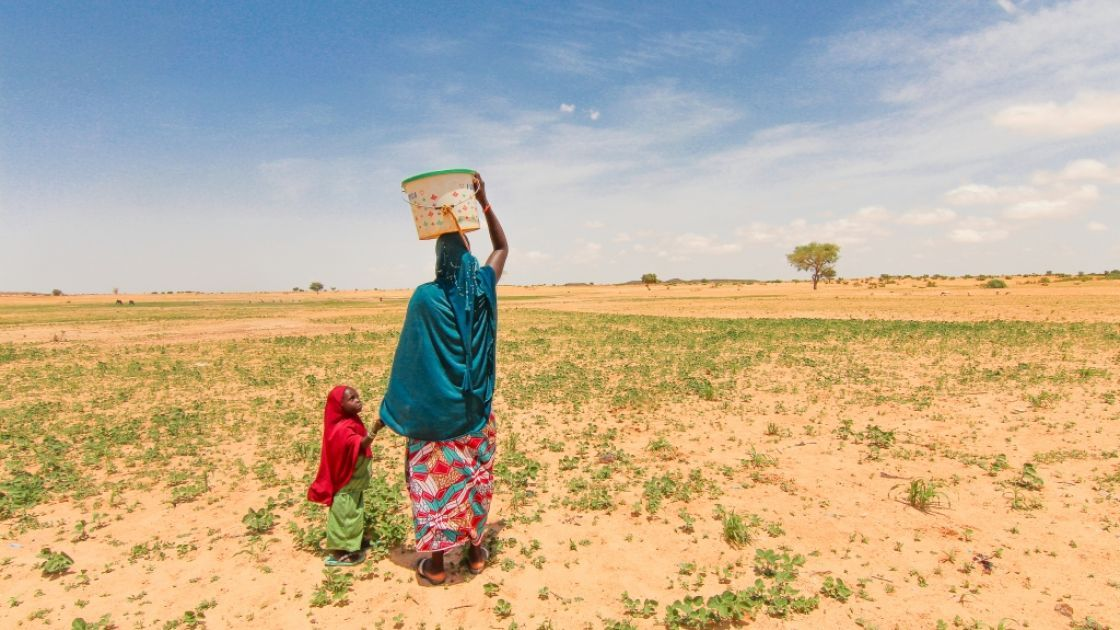 Halima Fbid (28) walks one and half hours to gather water each day with her daughter Lamchara (4). The well that is near their house is contaminated and the children get sick if they drink that water. Tahoua,Niger.Photo by Jennifer Nolan, 2016.
