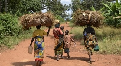 A group of mothers and their children in Mutembo carrying a load of recently harvested beans. Burundi. Photo: Chris de Bode/Panos Pictures/Concern Worldwide