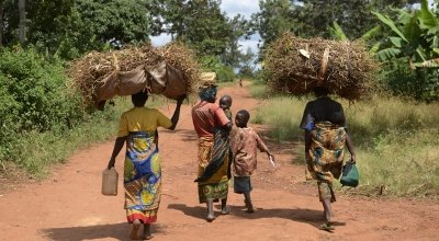 A group of mothers and their children in Mutembo carrying a load of recently harvested beans. Photo: Chris de Bode/